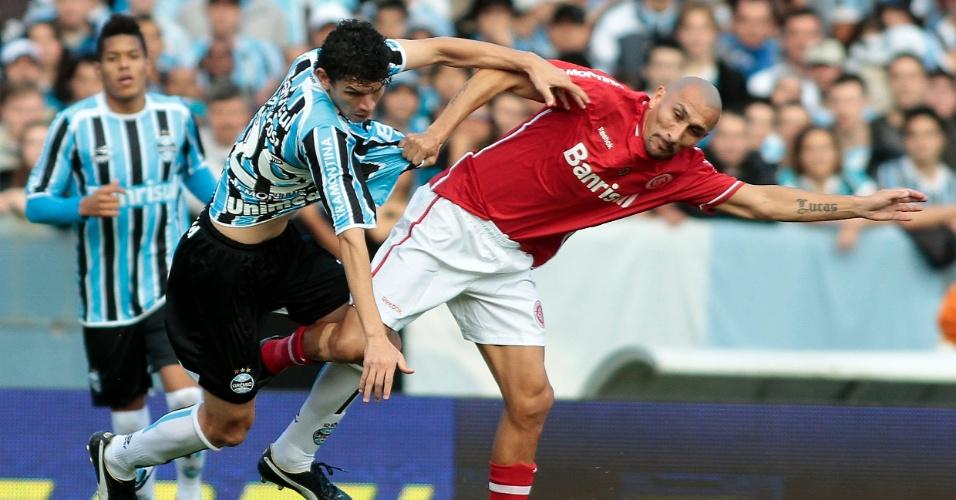 Atacante Junior Viçosa do Grêmio seguro pelo volante Guiñazu do Inter no Gre-Nal decisivo do Gauchão (15/05/2011)
