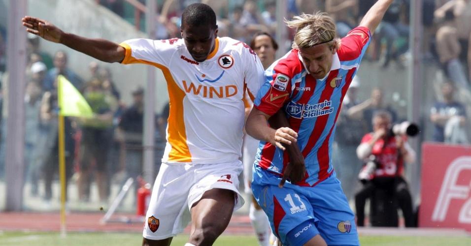 Brasileiro Juan (esquerda) disputa lance do Maxi Lopez no jogo entre Roma e Catania (15/05/2011)