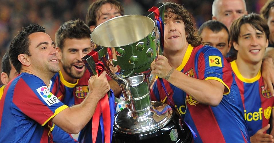 Carles Puyol ergue o troféu de campeão espanhol 2010/2011 (15/052011)