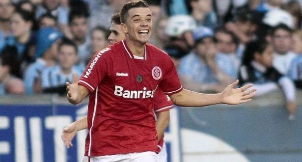 D'Alessandro comemora o gol de pênalti, o terceiro do Inter contra o Grêmio, pelo Campeonato Gaúcho