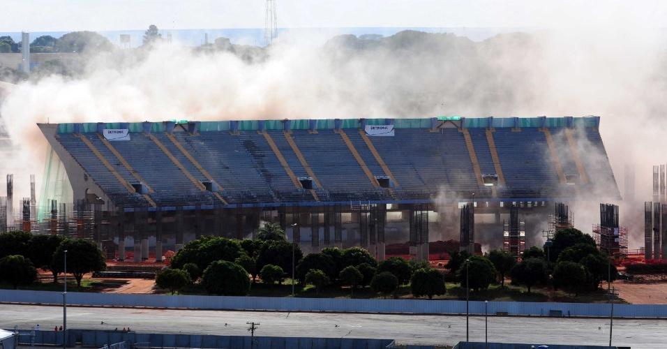 Implosão do estádio Mané Garrincha, em Brasília, falha e estrutura continua de pé