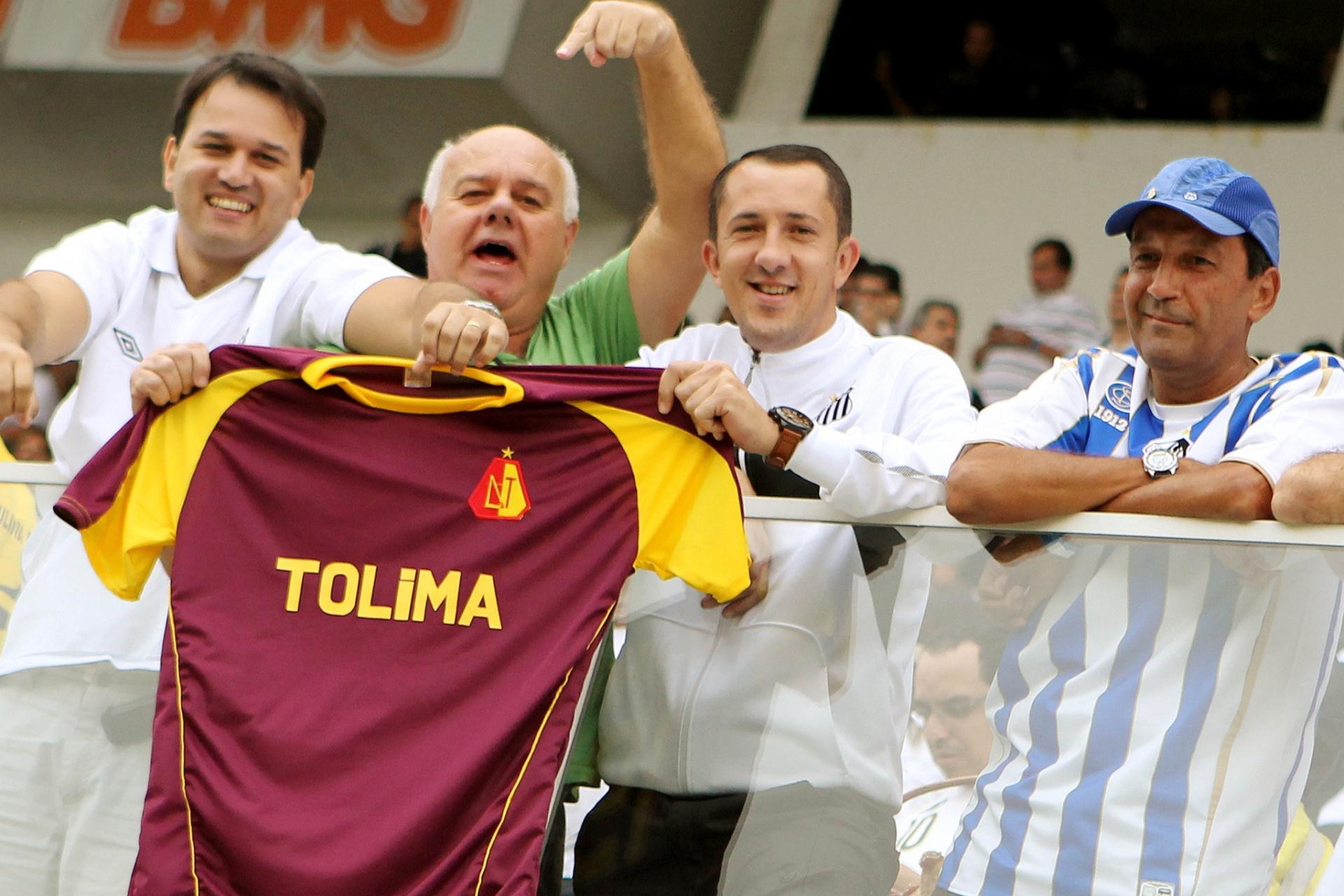 Torcedores do Santos exibem a camisa do Deportivo Tolima antes da final contra o Corinthians