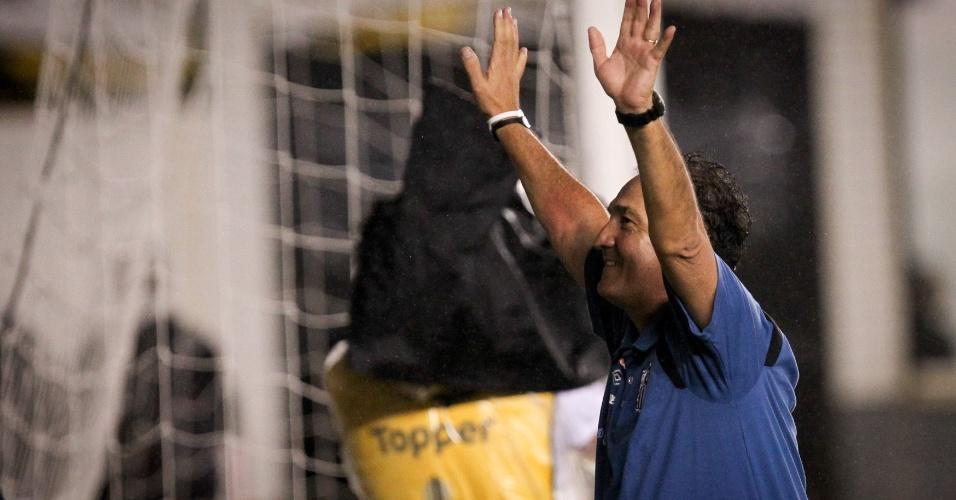 Muricy Ramalho acena para a torcida do Santos após a conquista do Campeonato Paulista (15/05/2011)