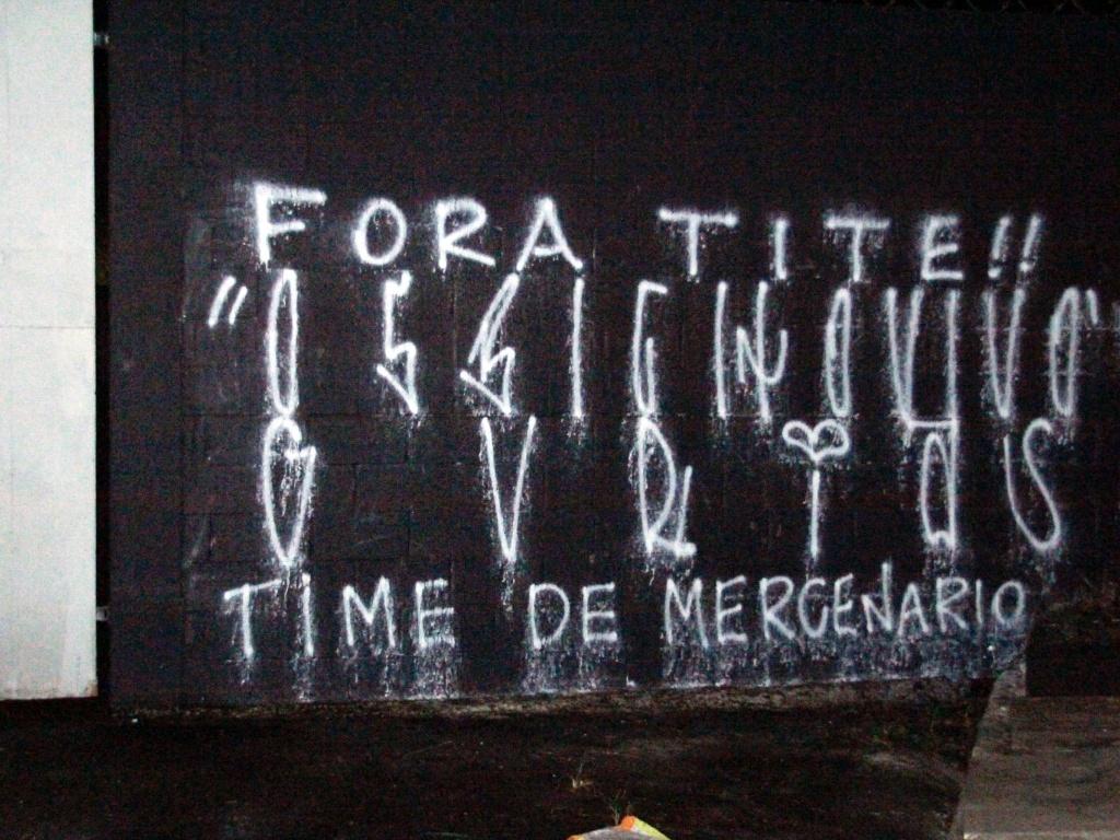 Muro do Parque São Jorge é pichado após a derrota do Corinthians para o Santos na final do Paulistão