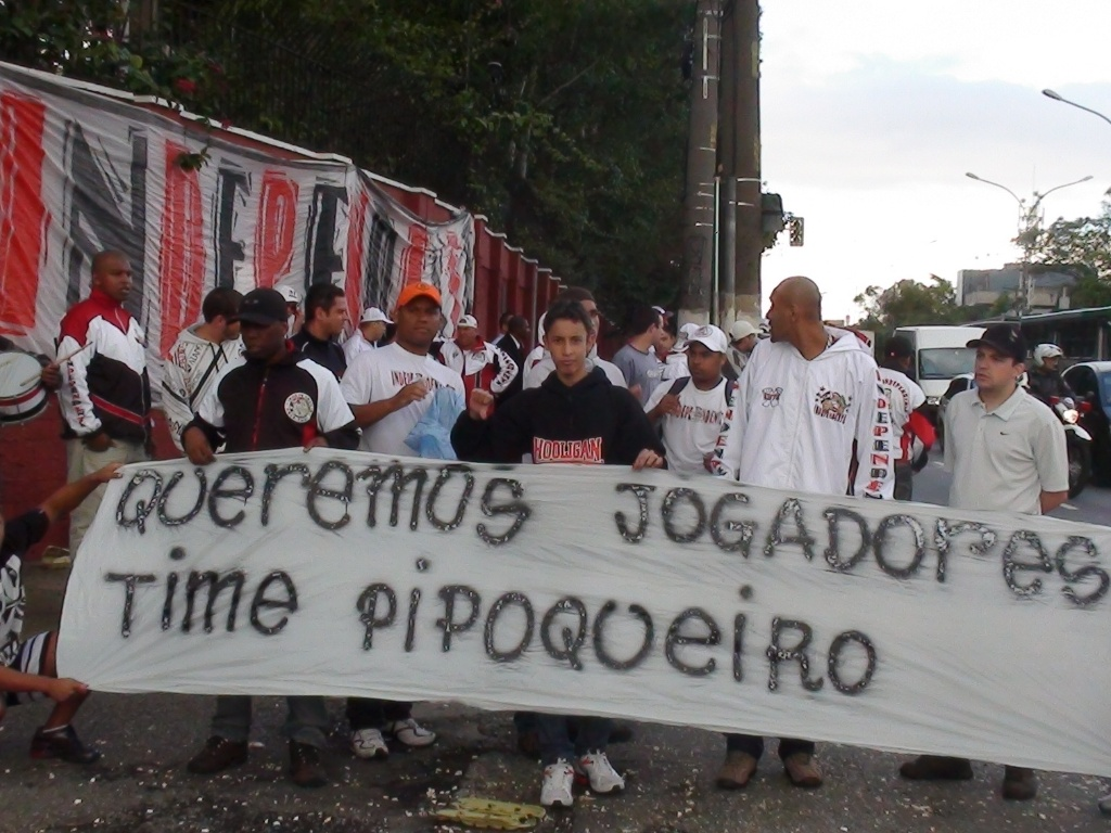 Torcedores do São Paulo protestam na entrada do CT da Barra Funda (16/05/1980)