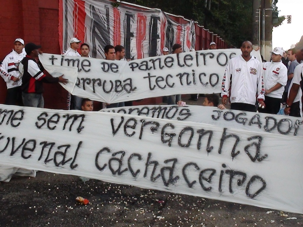 Torcida protesta contra o time e o presidente do São Paulo, Juvenal Juvêncio (16/05/2011)