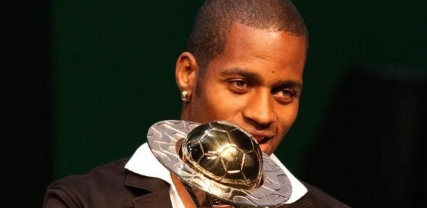 Dedé, do Vasco, recebe o prêmio de melhor zagueiro do Campeonato Carioca