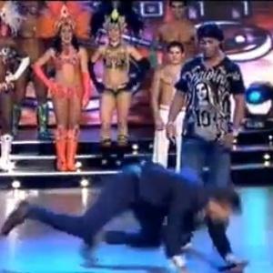 Apresentador argentino cai tentando imitar finta de Ronaldinho Gaúcho