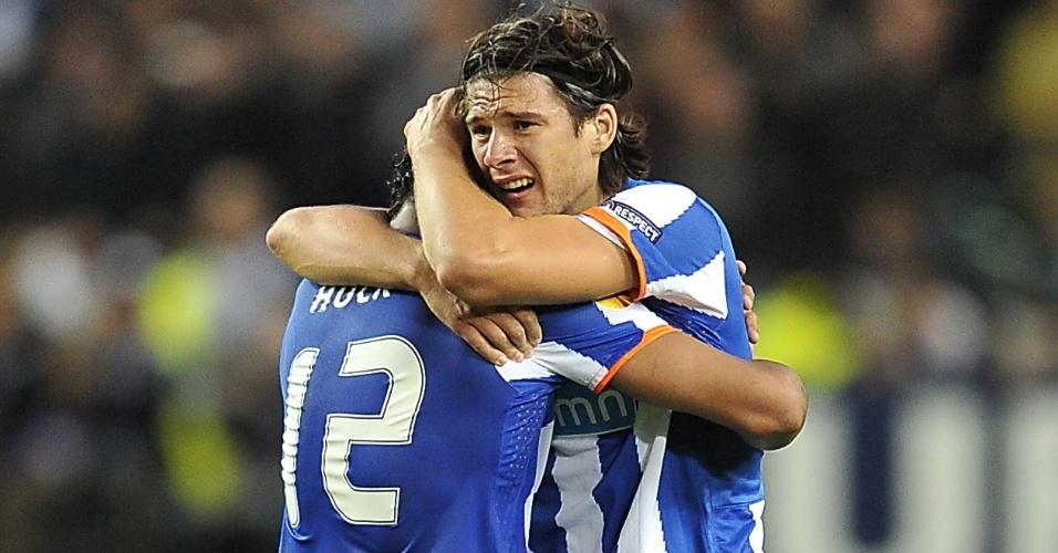 Brasileiro Hulk abraça o zagueiro Cristian na comemoração do título do Porto na Liga Europa
