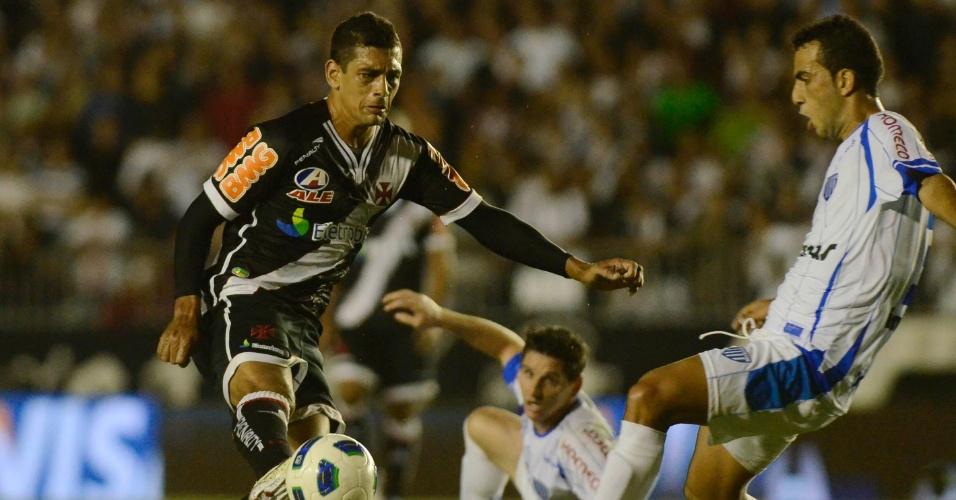 Diego Souza, marcado por um jogador do Avaí, tenta a jogada na partida Vasco x Avaí (18/05/2011)