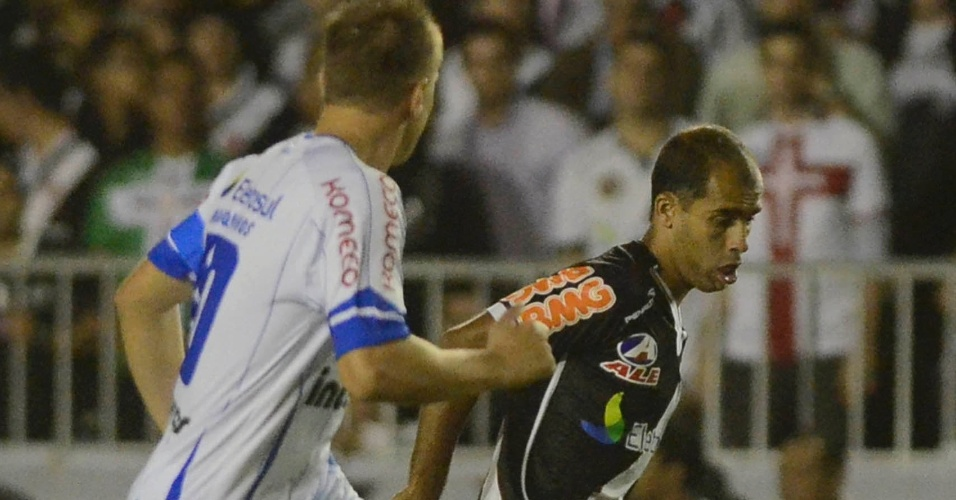 Felipe, observado por Marquinhos, tenta a jogada na partida Vasco x Avaí (18/05/2011)