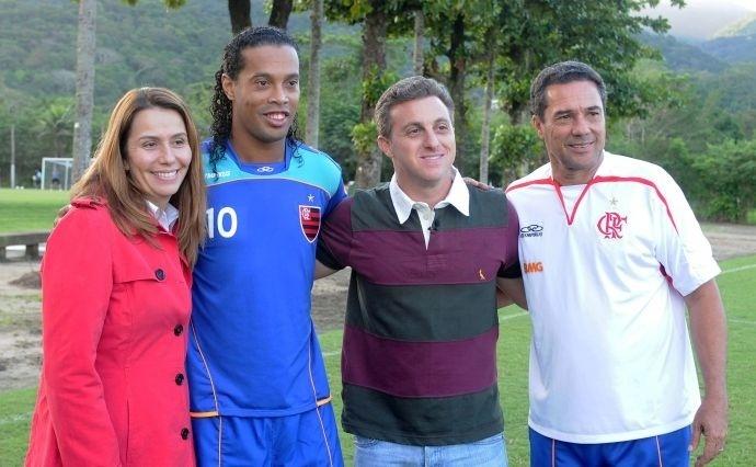 Luciano Huck visita CT do Flamengo e grava quadro com Ronaldinho Gaúcho