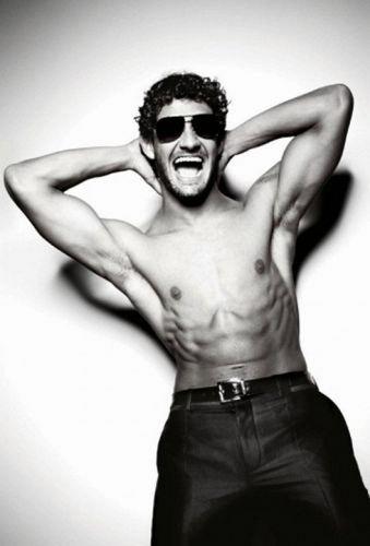 Sem camisa, Alexandre Pato posa para a grife Dolce & Gabbana (19/05/2011)