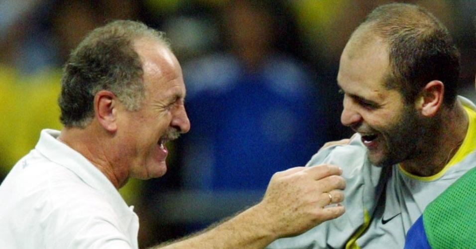 Luiz Felipe Scolari comemora com o goleiro Marcos a classificação da seleção brasileira para a final da Copa do Mundo de 2002 após vitória sobre a Turquia por 1 a 0