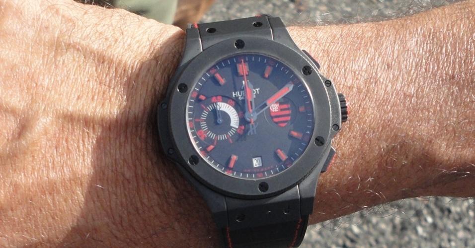 Luxemburgo mostra relógio comemorativo do Flamengo; ele pagou R$ 42 mil