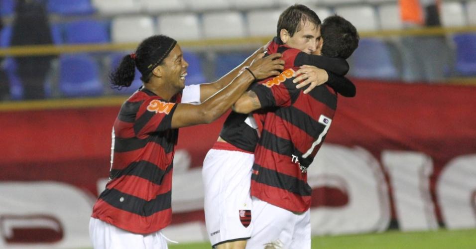 Bottinelli comemora, com Ronaldinho Gaúcho e Thiago Neves, gol do Flamengo contra o Avaí (21/05/2011)