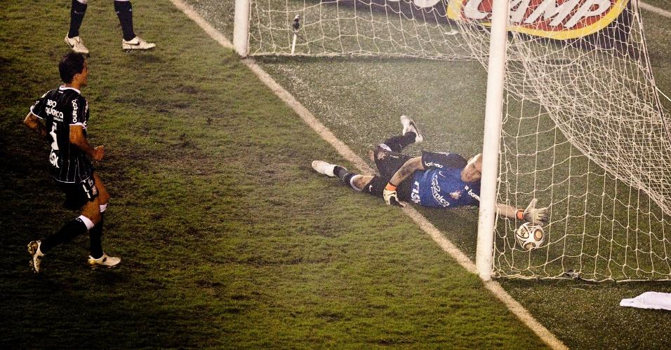 Júlio César tenta, mas não consegue evitar falha na final do Paulistão (15/05/2011)
