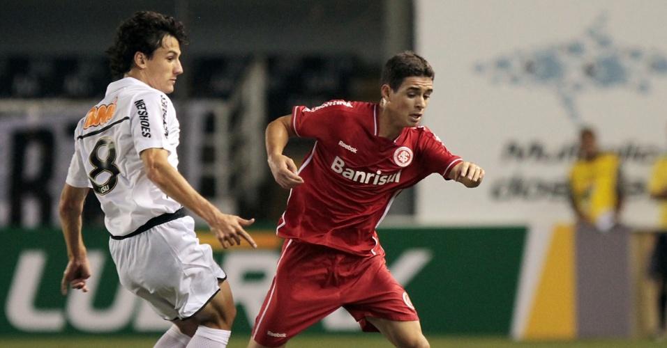 Meia Oscar, do Inter, tenta passar pela marcação do Santos (21/05/11)