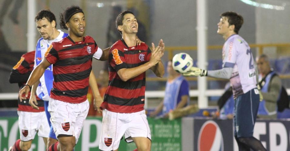 Ronaldinho e Thiago Neves comemoram gol do Flamengo contra o Avaí (21/05/2011)