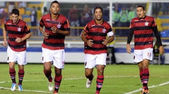 Ronaldinho Gaúcho comemora mais um gol do Flamengo na vitória sobre o Avaí