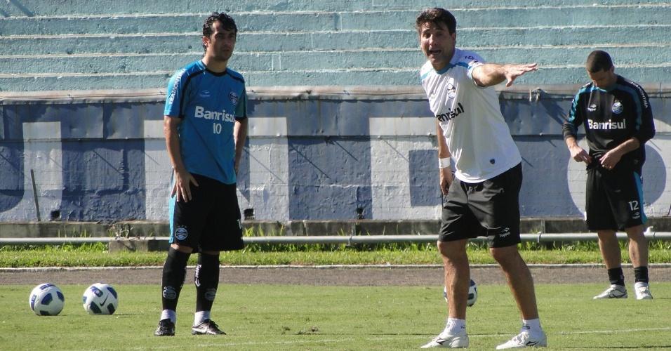 Meia Doulgas recebe as orientações do técnico Renato Gaúcho nas cobranças de bola parada do Grêmio (21/05/2011)