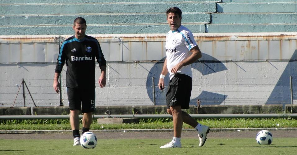 Técnico Renato Gaúcho orienta Fábio Rochemback nas cobranças de bola parada do Grêmio (21/05/2011)