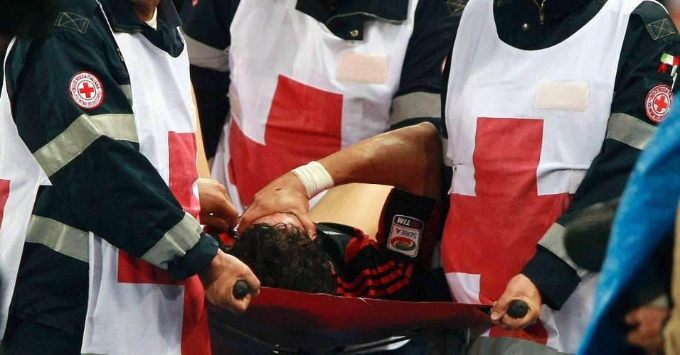 22.mai.2011 - Pato sofre lesão e sai do gramado de maca no empate do Milan contra a Udinese