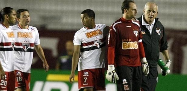 Rogério Ceni, do São Paulo, deixa o campo amparado pelo médico José Sanchez