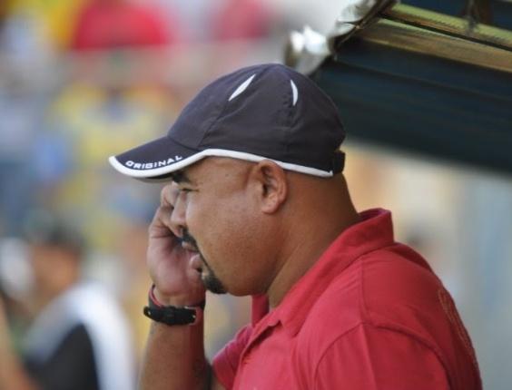 Treinador Mirandinha em ação durante partida (23/05/2011)