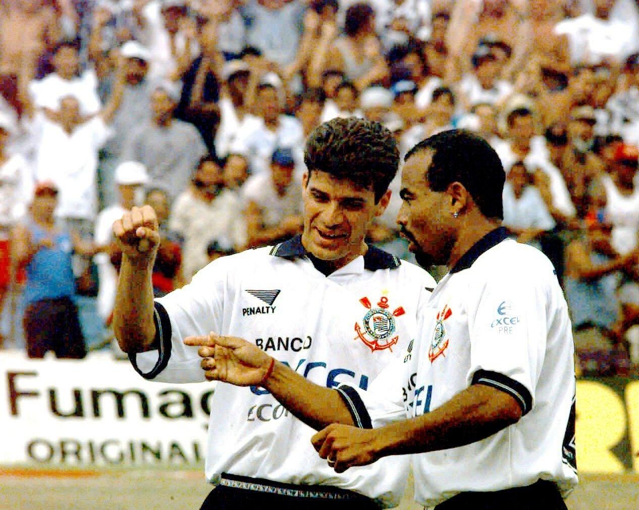 Tulio e Mirandinha comemoram o 'gol laranja' do Corinthians contra a Inter de Limeira (10/02/1997)