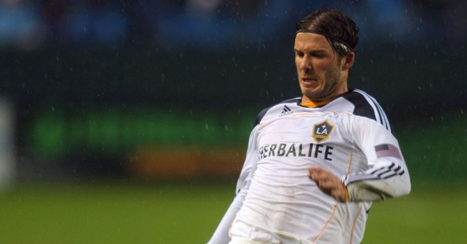 Beckham disputa jogada pelo Los Angeles Galaxy e revela pernas torneadas