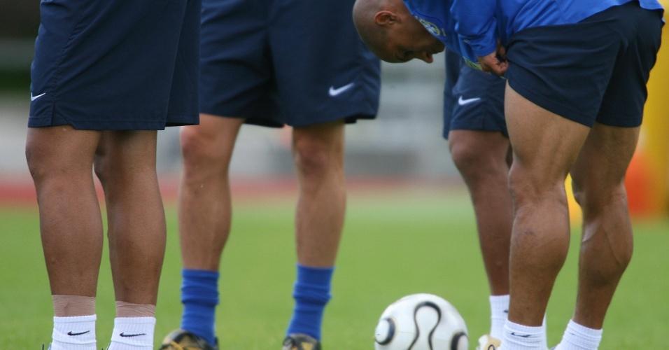 Detalhe das famosas pernas musculosas de Roberto Carlos em treino da seleção brasileira para a Copa-2006