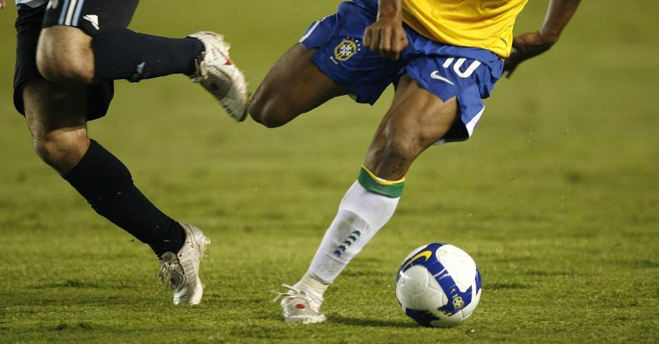 Detalhe das pernas de Júlio Baptista em jogo da seleção brasileira contra a Argentina (18/06/2008)