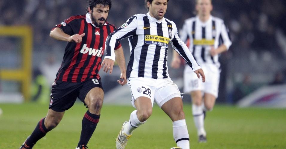 Entre os preferidos das mulheres, Gattuso e o brasileiro Diego exibem as pernas torneadas durante partida na Itália (10/01/2010)