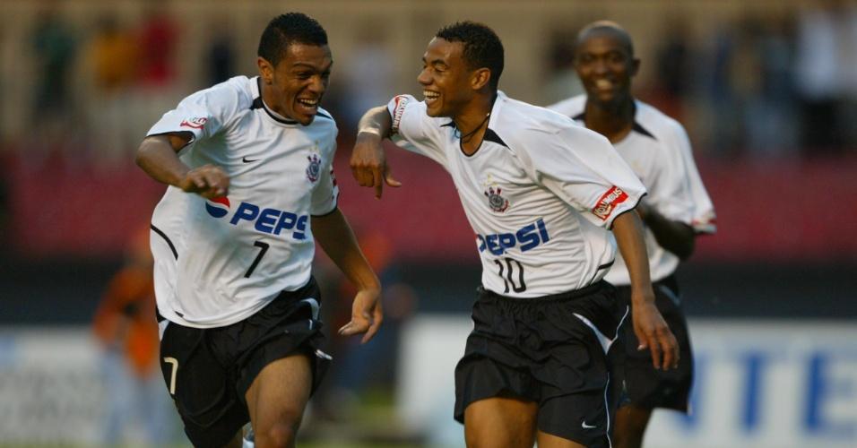 Ex-corintiano Gil mostra pernas definidas ao comemorar gol da equipe alvinegra no Paulista de 2003