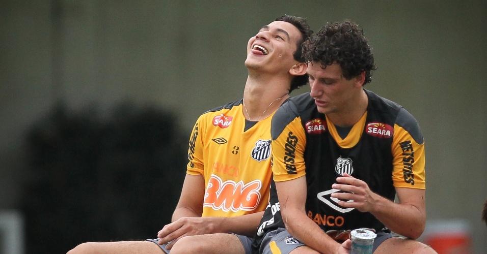 Ganso e Elano descansam durante treino do Santos