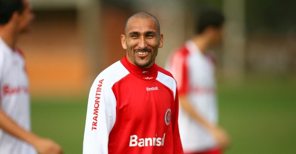 Guiñazu, volante do Internacional, em treino físico no Beira-Rio
