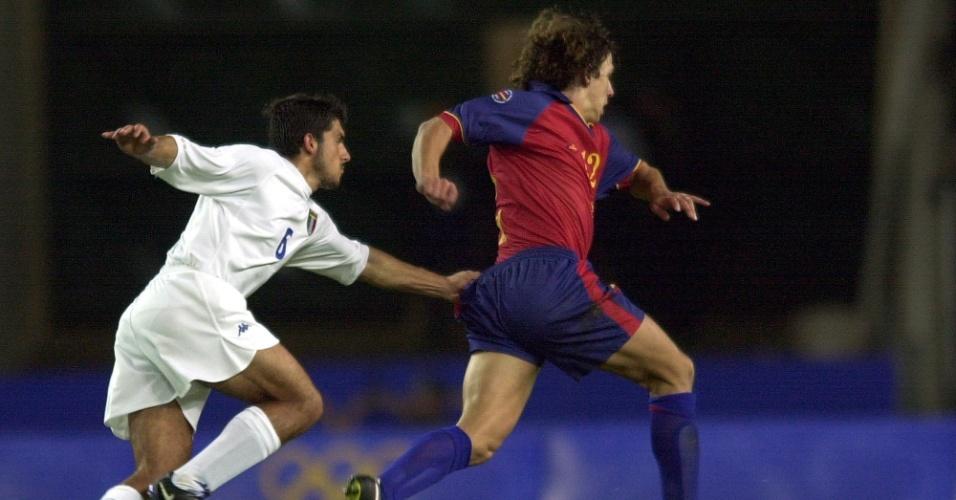 Italiano Gennnaro Gattuso puxa o calção de Puyol, da Espanha, em duelo entre as seleções