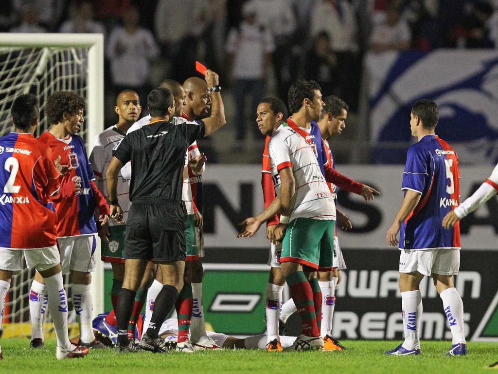 Jael, da Portuguesa, é expulso aos três minutos do primeiro tempo, em partida contra o Paraná pela Série B do Brasileiro (24/05/2011