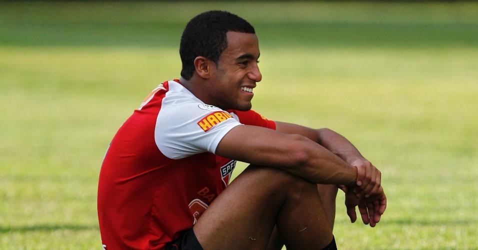 Jovem promessa, Lucas descansa durante treino do São Paulo