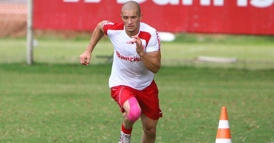 Lateral direito Nei treinando no Internacional (12/03/2011)