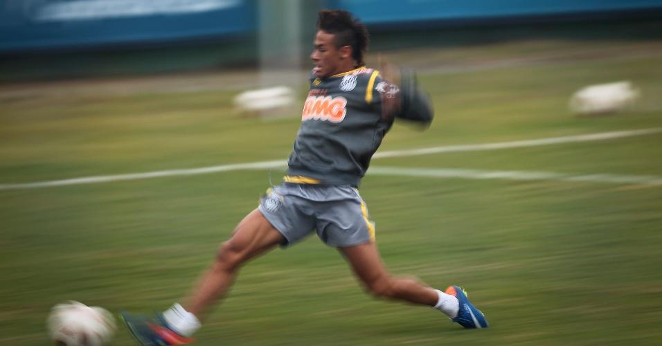 Neymar faz força para alcançar bola em treino do Santos