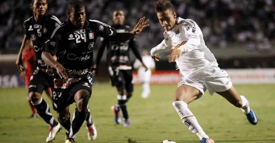 Neymar foge da marcação na partida do Santos pela Libertadores contra o Once Caldas