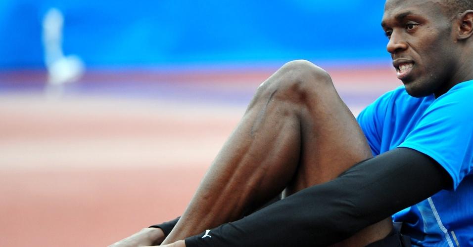 Recordista dos 100 m rasos, Usain Bolt se prepara antes de ir a pista