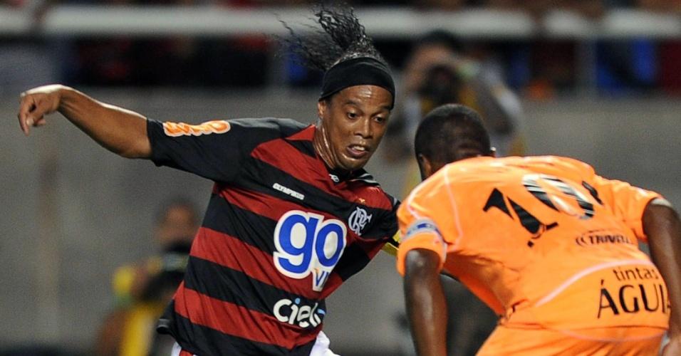 Ronaldinho tenta passar por marcador, atuando pelo Flamengo