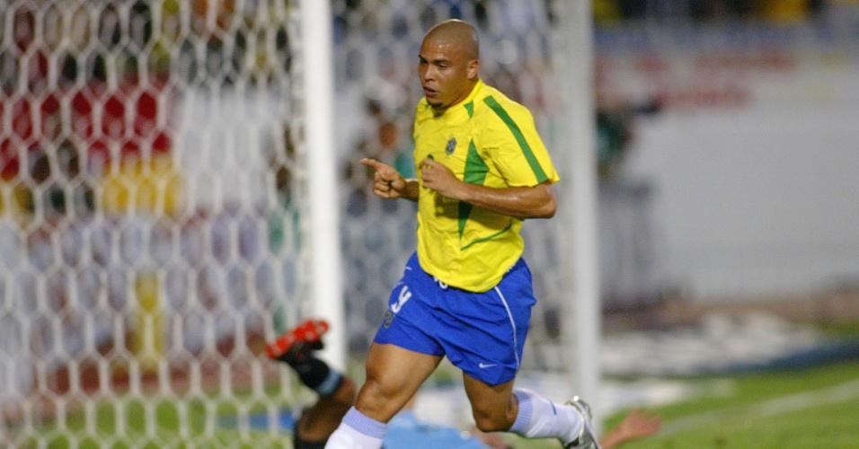 Ronaldo comemora gol pela seleção brasileira