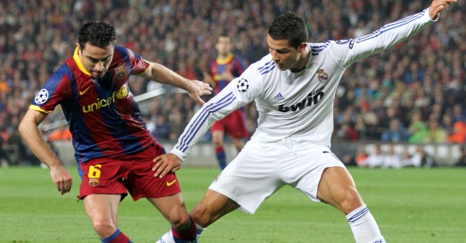 Xavi, do Barcelona, disputa bola com Cristiano Ronaldo, do Real Madrid, em partida da Liga dos Campeões (03/05/2011)