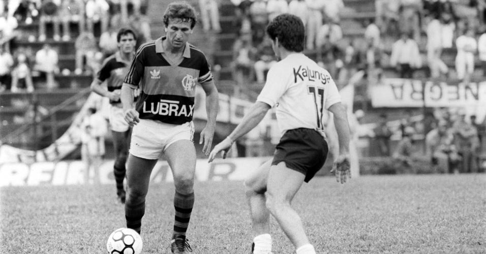 Zico tenta passar por marcador durante partida pelo Flamengo