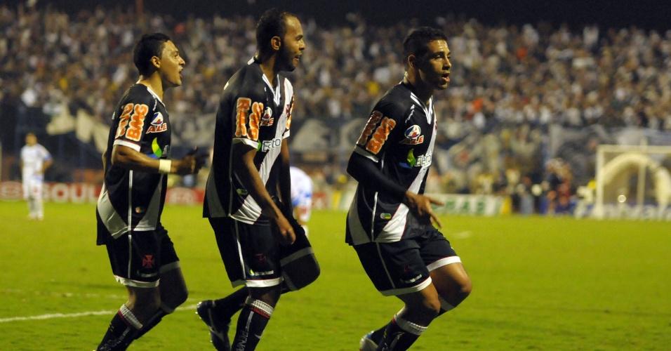Diego Souza puxa a fila da comemoração vascaína, acompanhado por Alecsandro (c) e Eder (e)