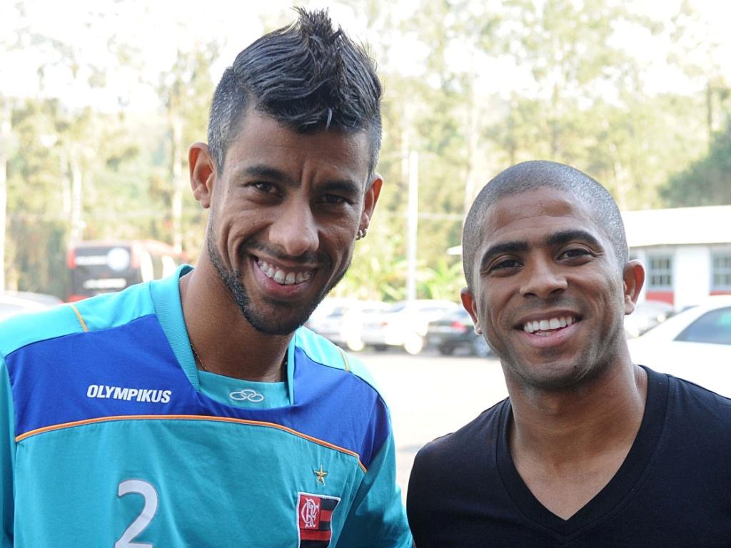Junior Cesar chega ao Flamengo e já recebe o carinho de Leonardo Moura (25/05/2011)